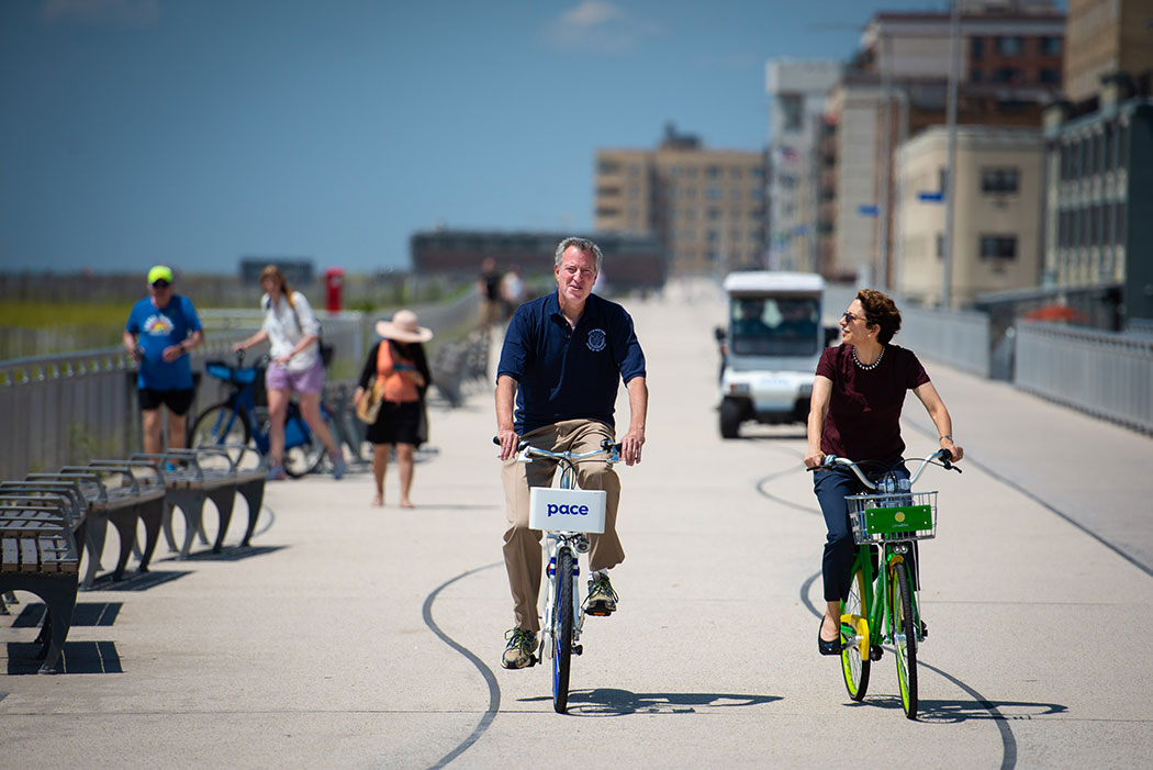 De Blasio and Transportation Commissioner Polly Trottenberg try out Lime and Pace bikes.